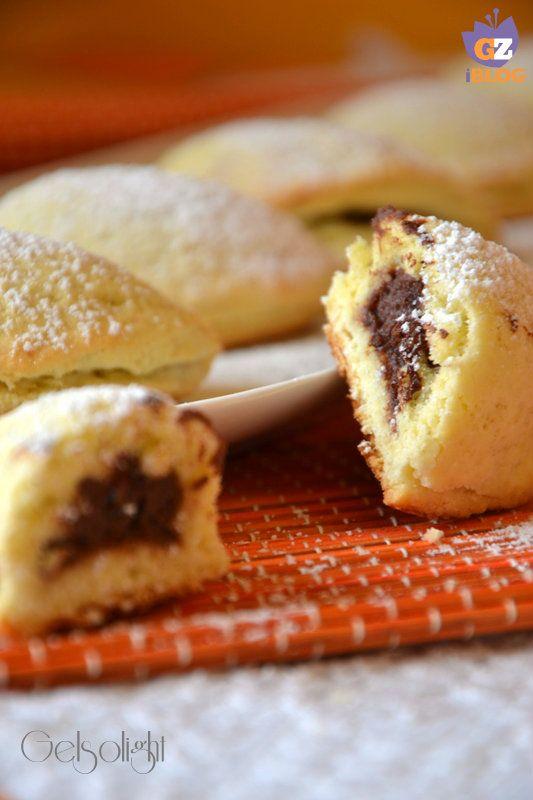 Biscottini ripieni di ricotta e cacao, dei facili frollini leggeri con un goloso ripieno di crema al cacao e ricotta, ideali per colazione o merenda.