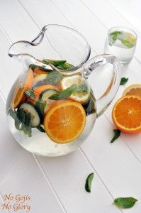 Citrus komkommerwater  Ingrediënten:  1 sinaasappel 1/3 komkommer 10 blaadjes munt ijsblokjes water
