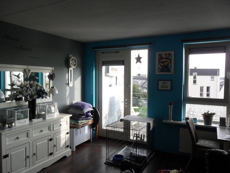 zoals je ziet heb ik rustig grijs op de muren en de andere muren een super vrolijke blauwe kleur
