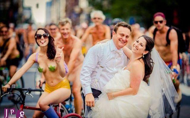 Ciclisti nudi, novelli sposi e un photobook di matrimonio Cosa potrebbe rendere ancora migliore il giorno più bello della vostra vita? Ovviamente farsi le foto e festeggiare insieme a dei ciclisti nudi per le strade di Philadelphia! Ed è proprio così che i