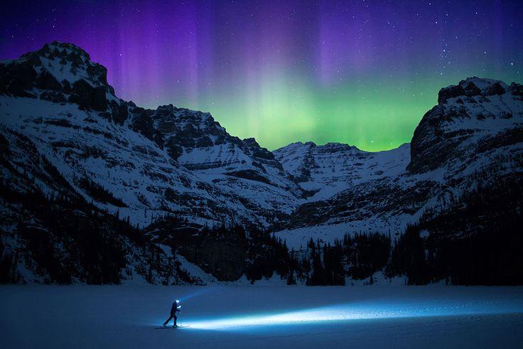 """Le migliori foto del 2016 - Avventura - """"Una bellezza al di là delle parole. Penso che sia stata una delle aurore più spettacolari che abbia mai visto nelle Montagne Rocciose canadesi"""", raconta il fotografo Paul Zizka. Dopo un lungo servizio fotografico, ZXizka stava per andarsene quando ha visto comparire l'aurora. Ha impostato la macchina fotografica in scatto continuo e ha preso la sua seconda macchina e l'attrezzatura da sci."""