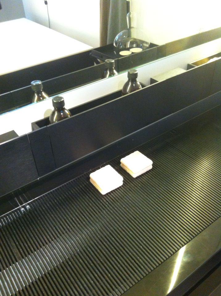 Новинка #milandesignweek2015 #fuorisalone от #Agapedesign , коллекция Ell.  Дизайн Benedini Associati, Andres Jost, Diego Cisi.  Новинка представляет собой единую поверхность из столешницы и раковины. Может быть выполнена из различных пород мрамора и камня разных цветов.  Отлично комбинируется с системами Flat XL и Lato, создавая непревзойденный современный дизайн ванной.  #smalta #smaltaitaliandesign #coffeeproject #coffeeandproject #furniturestyle #interiordesign #design #tile #ванная