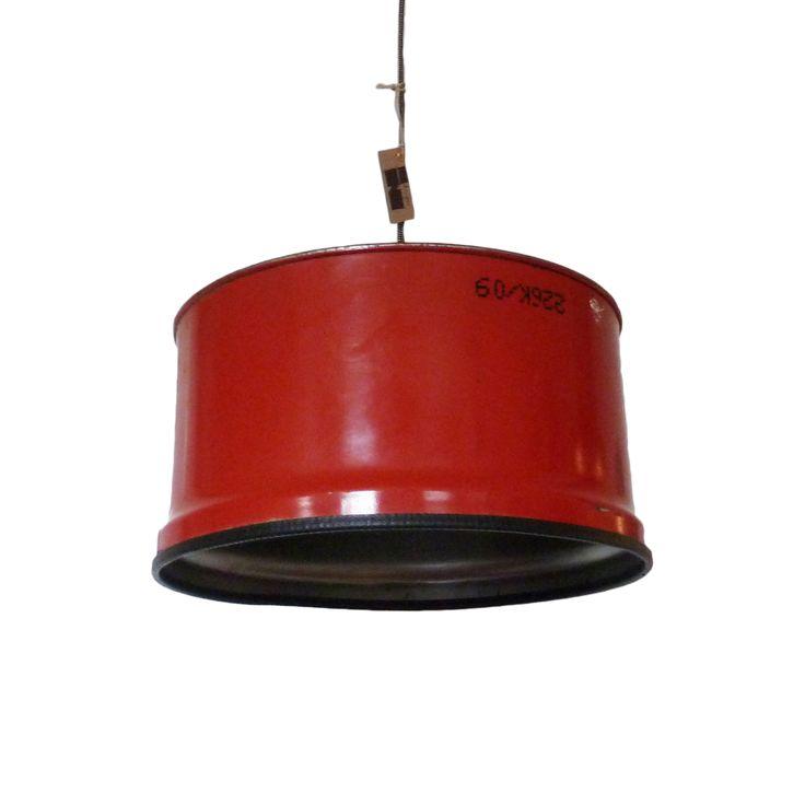 Deze brandweer rode hanglamp staat erg mooi in de kinderkamer. Hang er twee naast elkaar of één in het midden van de tafel. De heldere kleur past zowel in een industriële als moderne woonkamer.