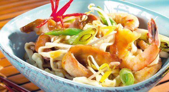 Massa asiática com camarões e carne de porco