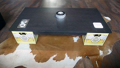 Design-Tisch gebaut aus Tischplatte und Bierkisten. Gesehen in PLANA Küchenland in Nürnberg.