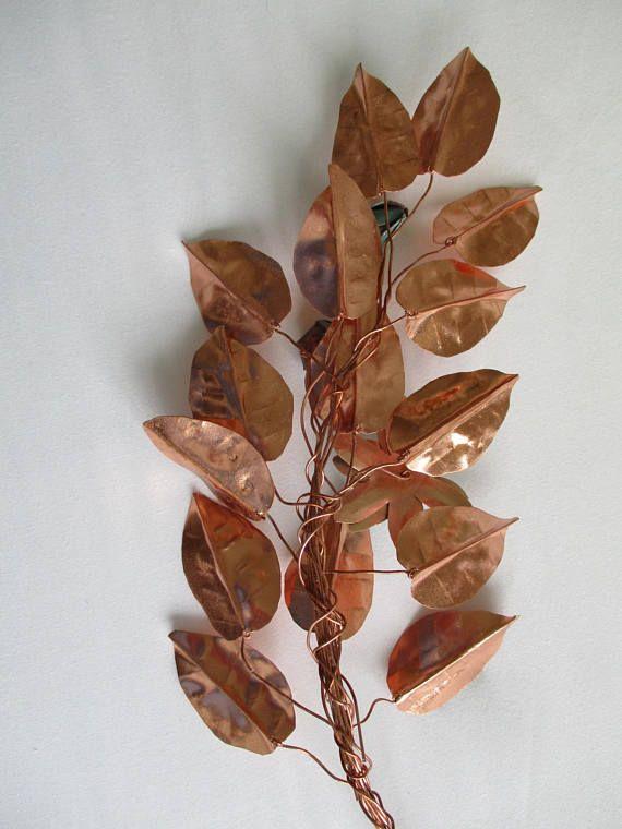 Diese einzigartige Zweig individuelle handgeformt Blätter aus dünnen Kupferblech geschnitten wurden. Die Form der Blätter basiert auf tatsächlichen Kupfer Buche Blättern, von der Hecke hinter meinem Garten. Jedes Blatt hat dann an einem Draht befestigt wurden, und die Drähte Hand