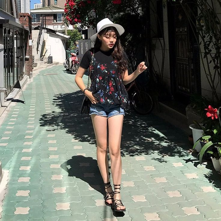 スラッシュ入りデニムショートパンツ シンプルなハイウエストデニムショートパンツ☆ 裾のスラッシュディテールがシックな雰囲気を演出してくれます。 しっかりとしたデニム地が脚にフィットし、スリムなレッグラインをメイク☆ カジュアルに履けるデニムのショートパンツは、春夏のマストアイテム。 #dejou #koreafashion #ootd #daliy #style #shopping #cute  #selfie #nihon #日本  #ファッション #コーデ #韓国ファッション #今日のコーデ