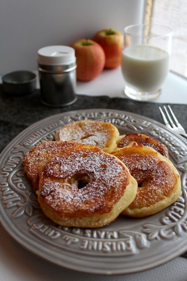 Frittelle di mele NOTE: 100 gr farina 100 ml latte 10 gr burro fuso 10 gr zucchero 1/3 bustina lievito 1 mela grossa cannella solo unire farina sale zucchero uovo e lievito e aggiungere il latte e mescolare. la mela tagkiarla a fette spesse 1/2 cm e immergerle nella pastella .friggerle in un padellino antiaderente.versare sciroppo d'acero