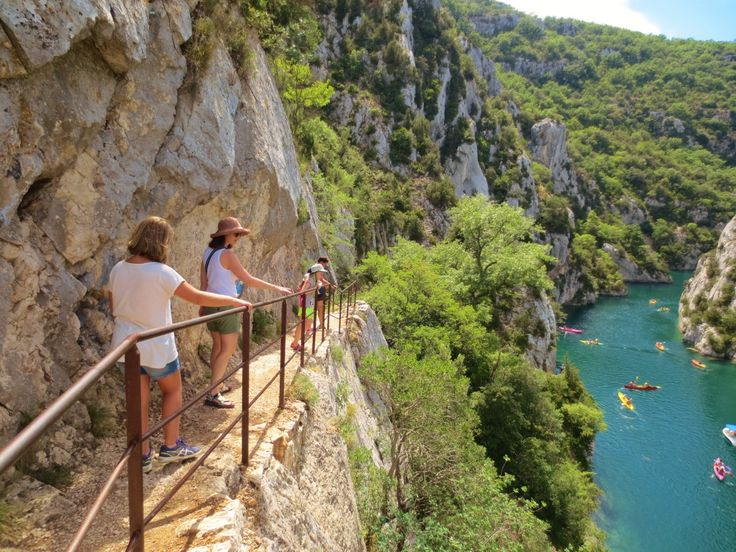 """There are a lot of hiking trails around the Gorges du Verdon, but this one is by far the most beautifuland closest to the aqua blue waters of the """"gorges"""". There are several circuits (loops) but the shortest is about 3 hours of hiking. If you want to do less walking simply do a return-trip … Continue reading Quinson hike – Gorges du Verdon →"""