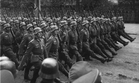 Tropas alemanas desfilan en Varsovia-Polonia