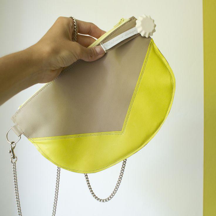 Pochette TWIST, petit sac avec chaine en bandoulière ou épaule, en véritable cuir jaune et beige : Sacs bandoulière par clafoutis-design