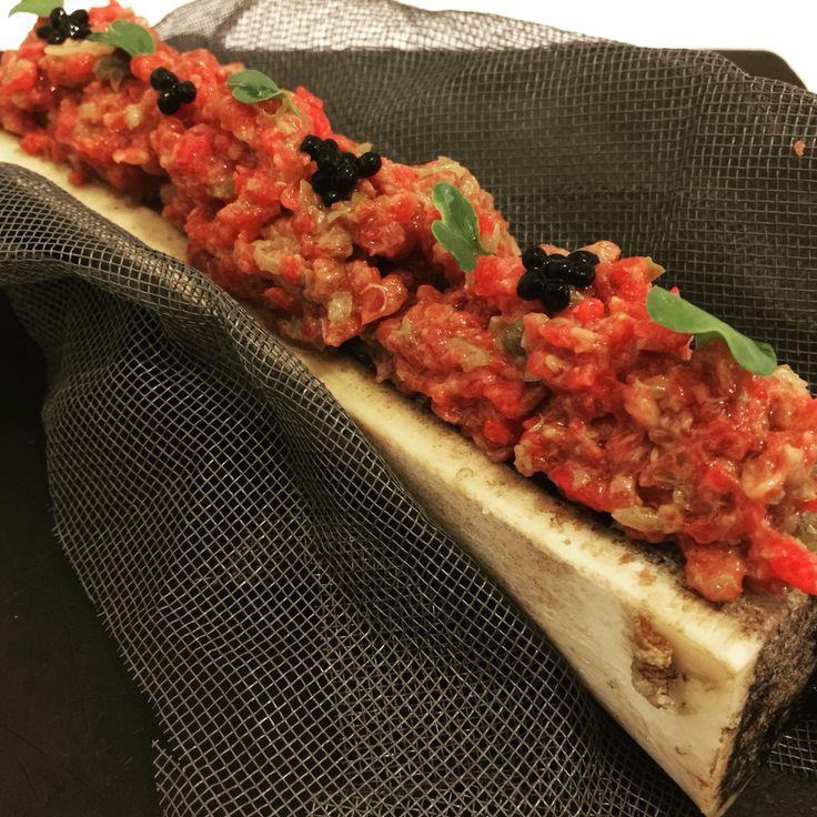 Steak tartar con tuétano: Carne de Angus finamente cortada a cuchillo aliñada y decorada con perlas de trufa sobre tuétano de ternera templado. Impresionante!