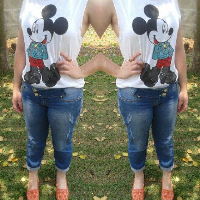 Regata cavado do Mickey + jeans boyfriend