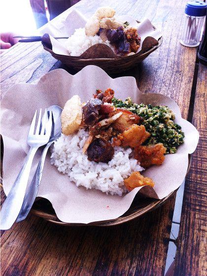 7. In einem Warung essenWarungs heißen die kleinen Restaurants, in denen echt indonesisches Essen zu verrückt günstigen Preisenserviert wird. Typische Gerichte:Babi Guling (Spanferkel), Saté-Spieße und verschiedene Curry-Gerichten.Unbedingt probieren:Bebek Betutu (die super knusprige Bali-Ente). Aber Vorsicht, die Indonesier lieben es scharf.