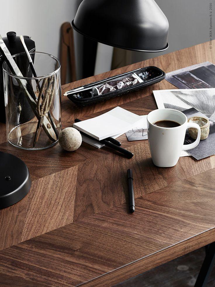 Fixa den stiligt maskulina stilen med brunt trä och svarta kontraster. RANARP arbetslampa svart och FULLFÖLJA gelbläckpenna.