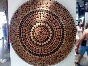 mandala madeira artesão Flávio Nogueira Carmo do Cajuru MG exposição (Foto: Valquíria Souza/G1)