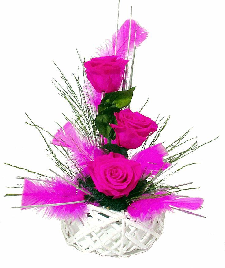 Très belles roses éternelles mêlées au charme des plumes.