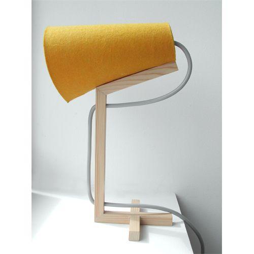 Lámapra de mesa diseñada por #ClaudeSaos.  #decoración #decor #interiorism #interiordesign #diseño #design #creatividad #creativity #inspiración #inspiration #mobiliario #furniture #lámpara #lamp #luz #light #madera #wood #mesa #escritorio #table #desk #mostaza #mustard #amarillo #yellow
