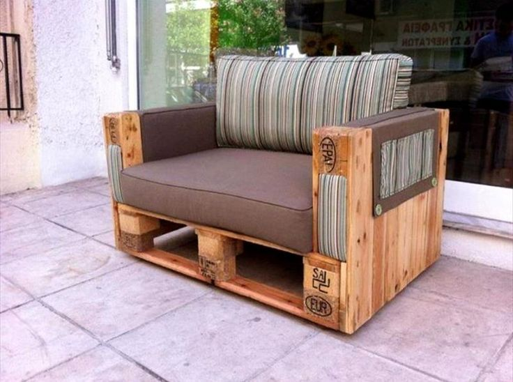 Pallet Arm Chair - 30 Pallet Projects That Will Make You Fall in Love | 99 Pallets - Part 2
