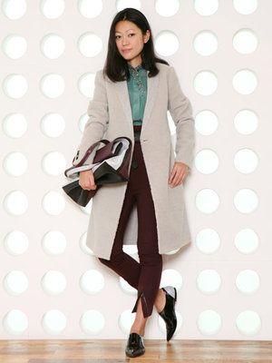 """Philip Lim it bag + manteau masculin   発表されるやいなや、瞬時に""""it""""バッグとなった「3.1 フィリップ リム」の""""31 HOUR bag""""。3.1 フィリップ リム AOYAMA店長の近藤さんは、新色をクラッチ風にコーディネート。「メンズライクなコートを羽織ったマニッシュな着こなしに、ビジュー付きのシフォンブラウスやストレッチ素材のパンツでフェミニンなアクセントを加えました。クロップト丈のボトムは今季のトレンドですが、ハイウエストにベルトマークすることで、いっそうモードに仕上がります」。ボルドーとグリーンを組み合わせたフレッシュな色使いにも注目!"""
