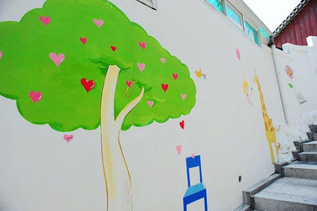 韓国のソウルで話題になっている恵化(ヘファ)にある梨花洞壁画村(梨花路上美術館)。天使の羽の壁画や、鯉や花の階段アートなどInstagram(インスタグラム)に載せたくなるようなおしゃれな写真が撮れるおすすめスポットを紹介します。話題の人気観光スポット、フォトジェニックな韓国の梨花洞壁画村に行きましょ♡