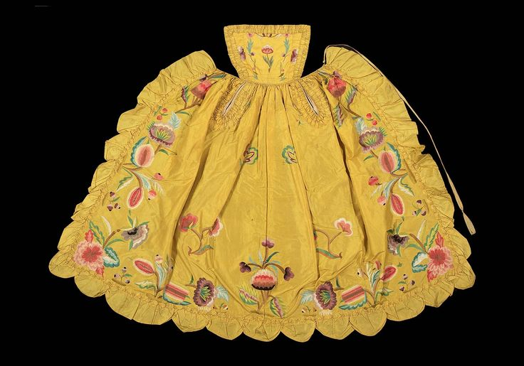 Late 17th century, Europe - Embroidered apron - Silk taffeta with silk embroidery. Linen pockets and bib lining.