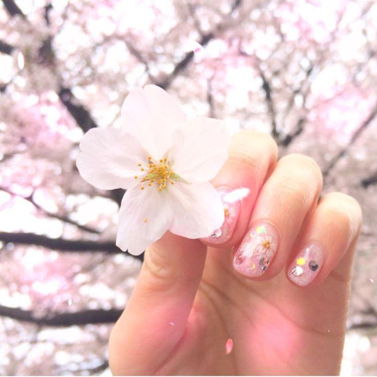 桜ネイルで春っぽく!セルフのやり方から簡単なシールデザインまで!のサムネイル画像