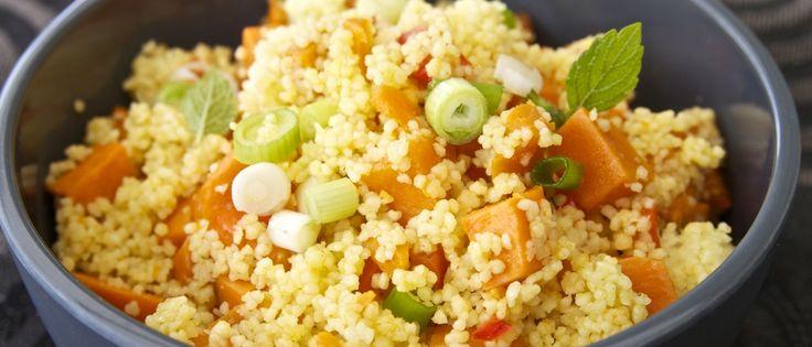 Ovenschotel van zoete aardappel, paprika en couscous met pittige saus | Donderdag Veggiedag