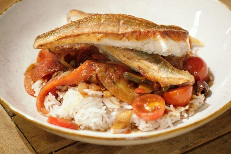 Dit is een licht en gezond recept dat bovendien snel klaar is. Rode poon of knorhaan is een fijne vis die gemakkelijk uit elkaar valt. Laat hem daarom liever niet in de saus garen, maar zet hem in een ovenschaal in de oven.