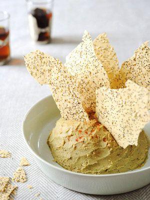 ひよこ豆のペースト「フムス」に、同じ中東料理でパンの一種、ラバッシュをトッピング! 斬新な盛り付けでユニークに。|『ELLE a…