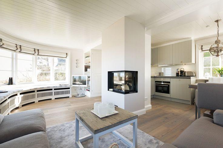 wohnzimmer mit panoramablick auf 39 s wattenmeer kamin fireplace panorama modern sylt kampen. Black Bedroom Furniture Sets. Home Design Ideas
