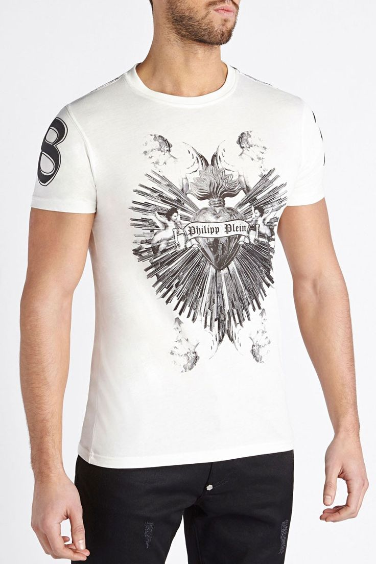 Beautiful tee with PHILIPP PLEIN heart surrounded by thunders. Wear this powerful t-shirt to give a strong attitude to your casual outfit. Browse the complete Philipp Plein collection online at Boudi UK. Philipp Plein is pure luxury with his latest Menswear Collection embodying the designers rebel streak, and glamorous ideals making thePhilipp Plein brand instantly recognisable. FW14-HM341109