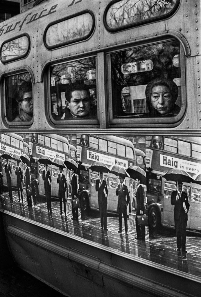 Aux Etats-Unis, les années soixante ont été une époque riche en manifestations - la crise de la guerre du Vietnam et la lutte pour les droits civils ont incité le pays à questionner la nature du monde moral et politique. Cette période de révolte a vu l'essor d'une bande d'artistes nihilistes dont la mission avait peu à voir avec la politique mais tout à faire avec une attitude intelligente et la fréquentation d'une élite au pouvoir avec ses envies artistiques.