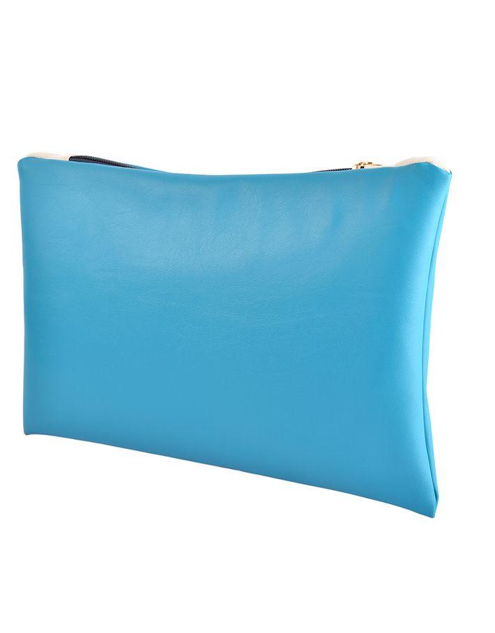 The Sky Seal è una pochette in Ecopelle di altissima qualità con chiusura a zip dorata, foderata internamente con tessuto Ottoman color panna, completamente realizzata a mano.