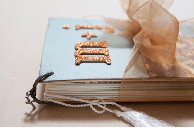 De kaarten die je hebt gekregen op de bruiloft bundelen in een boek.