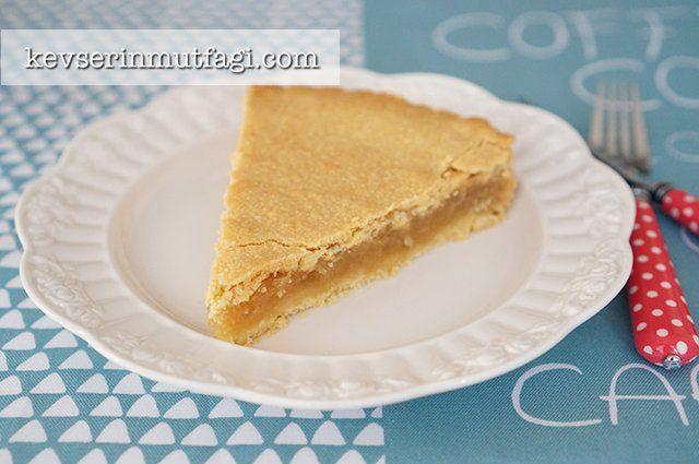 Elmalı Turta Tarifi - Malzemeler : 250 g soğuktereyağı, 400 g un, 3/4su bardağı pudra şekeri, 1 yumurta sarısı, 1 paket vanilya, 1 çimdik tuz, 1 buz küpü. 4 adet büyük kırmızı elma, 4 yemek kaşığı şeker, 3/4 su bardağı ceviz, 1 çay kaşığı tarçın.