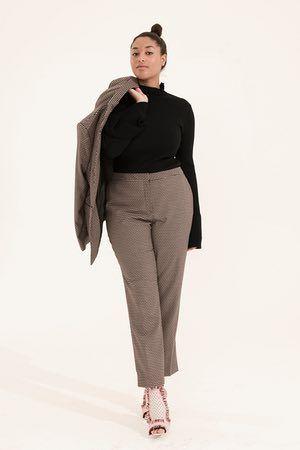 marrone e bianco vestito motivo a quadri, Avanti, nero collo alto ponticello con i polsi svasati, H & M, rosa sandali rosso a motivi geometrici
