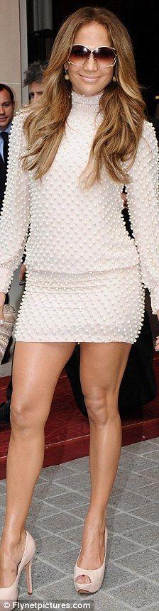 Diamantes y Perlas: Después de salir en un vestido detallado cadena ayer, Jennifer López continuó su tema de enjoyado hoy en París adornándose en diamantes y perlas