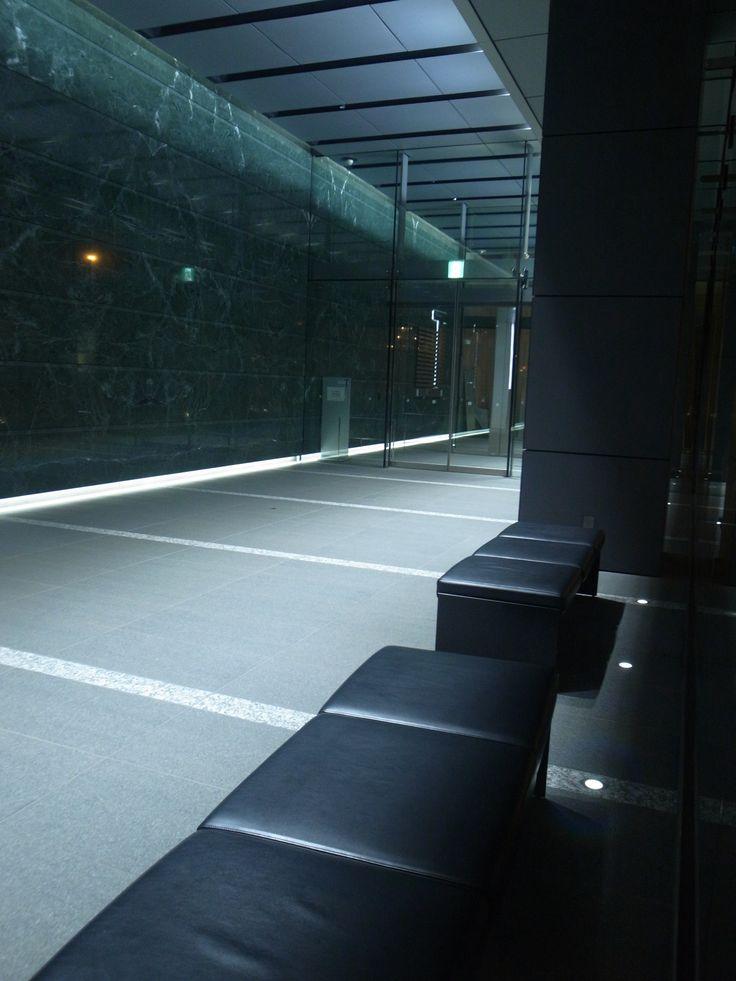 神田錦町にあるビルのエントランスホール