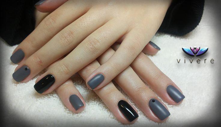 Ημιμόνιμο γκρι ματ και μαύρο, με μαύρο στρασάκι swarovski! #semipermanent #black #grey #nails #manicure #strass #vivere #matte #swarovski