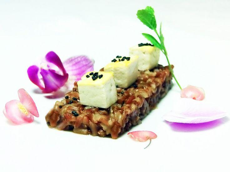 Una #ricetta vegana ricca di gusto e profumi: il #tofu all'arancia su riso rosso è incorniciato da splendidi fiori eduli di #orchidea Karma e fiori eduli di #begonia corallina tamaya -> http://www.saporie.com/it/doc-s-135-19472-1-tofu_all_arancia_su_riso_rosso.aspx