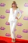 Taylor Swift con un traje de chaqueta de crepé de seda y un 'top' de J. Mendel, sandalias doradas de Tom Ford y joyas de Lorraine Schwartz.