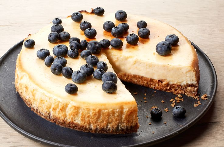 Cheese cake with white cheese, lemon and blueberries