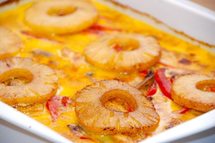 En meget lækker opskrift på karry kylling i fad med ananas. Retten laves samlet i et fad, og steges 40 minutter i ovnen. Karry kylling i fad med ananas er en god og nem ret på