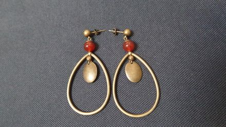 Boucles d'oreilles clous bohème-chic en laiton et pierre agate rouge.hauteur 6 cm Bijoux pour oreilles percées.  Le pouvoir de l'agate rouge: L'agate pierre naturelle aide à  - 16101031