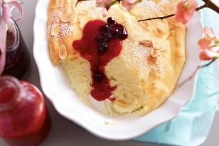 Das Rezept für Cheesecakecreme mit Erdbeer-und Heidelbeersoße und weitere kostenlose Rezepte auf LECKER.de