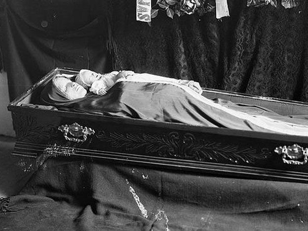 Memento Mori adult female and stillbirth. COD: childbirth complications.