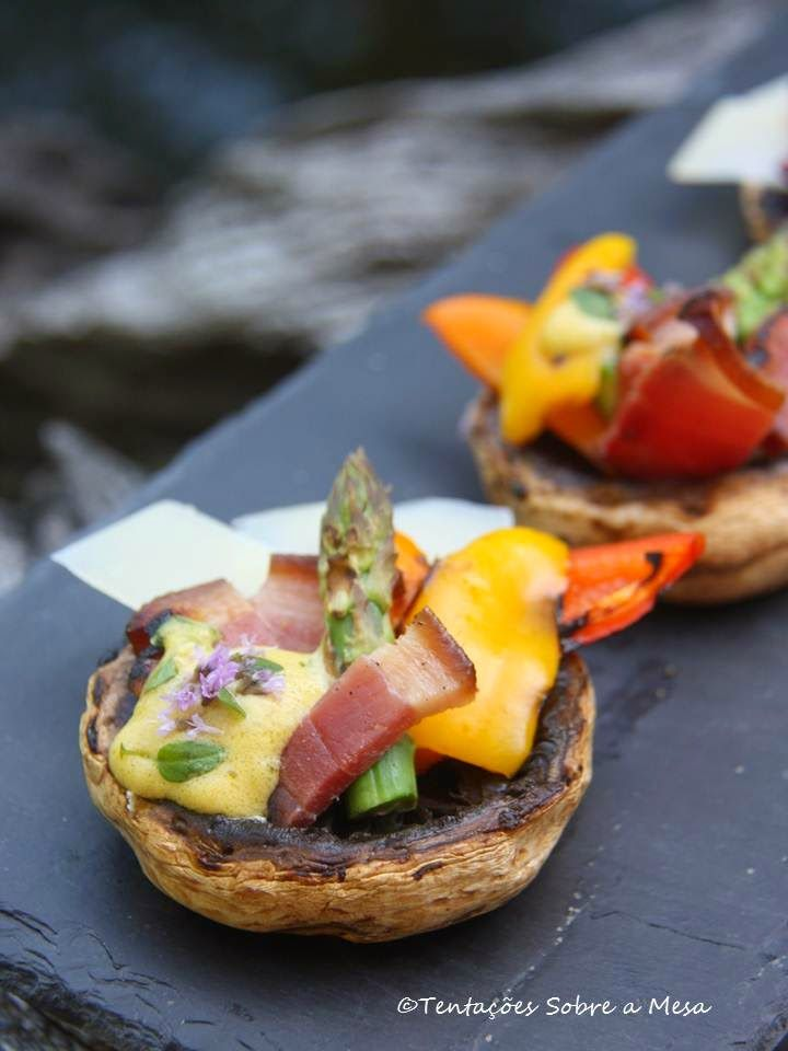Tentações Sobre a Mesa: Cogumelos Recheados com Barriga Fumada e Legumes G...