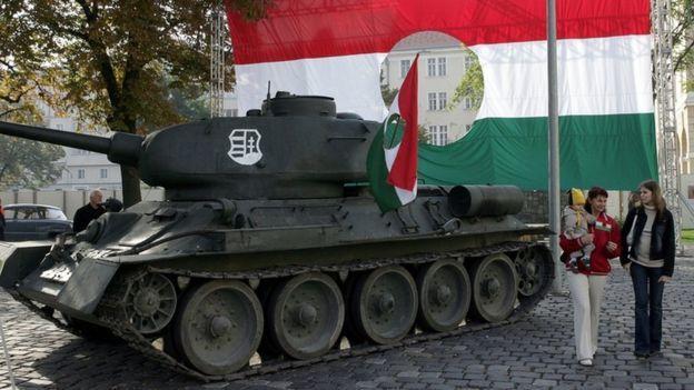 """В память о событиях 1956 года на площади Эржебет в Будапеште установлена советская """"тридцатьчетверка"""" с венгерской символикой http://www.bbc.com/russian/features-37681229"""