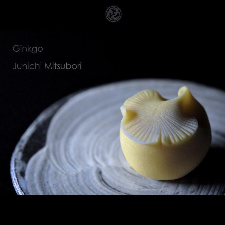#一日一菓 #菓道 「 #銀杏 」 #wagashi of the Day #ginkgo #煉切 製 本日は #和歌山 の#白浜温泉 にお邪魔しています。 レンタルサイクリングにて、とても素敵なお寿司屋さん #幸鮨 さんを見つけて、とても美味しい白浜の海の幸を頂きました。 デザートに添えられていた銀杏の葉が印象的でしたので、、、 #JunichiMitsubori #和菓子 #一菓流 #白浜